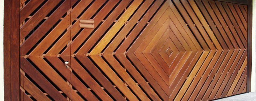 """Portão de Madeira Tubular com detalhe em """"Deck"""""""